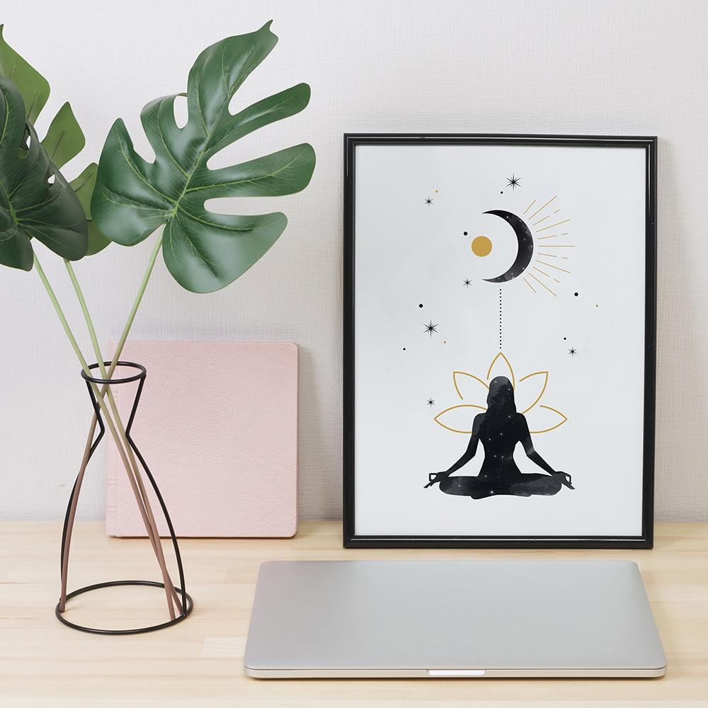 Illustration de femme méditant sous la lune