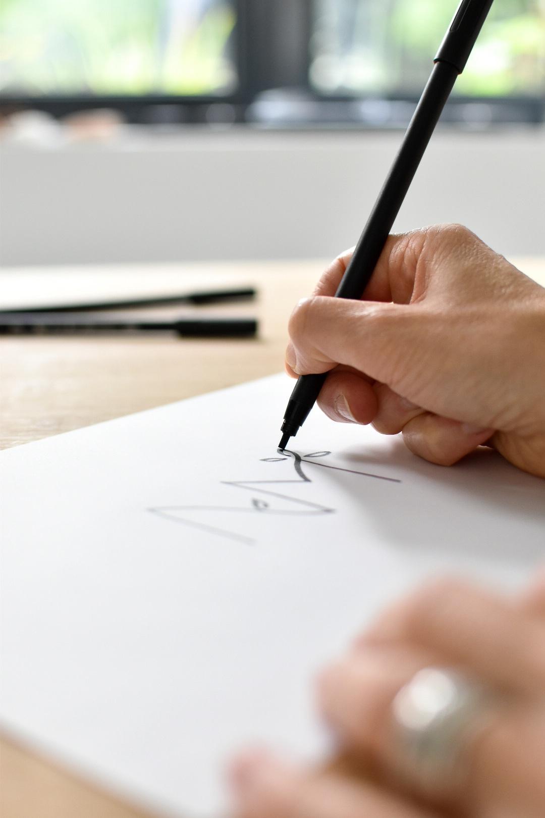 Designer graphique dessinant un logotype