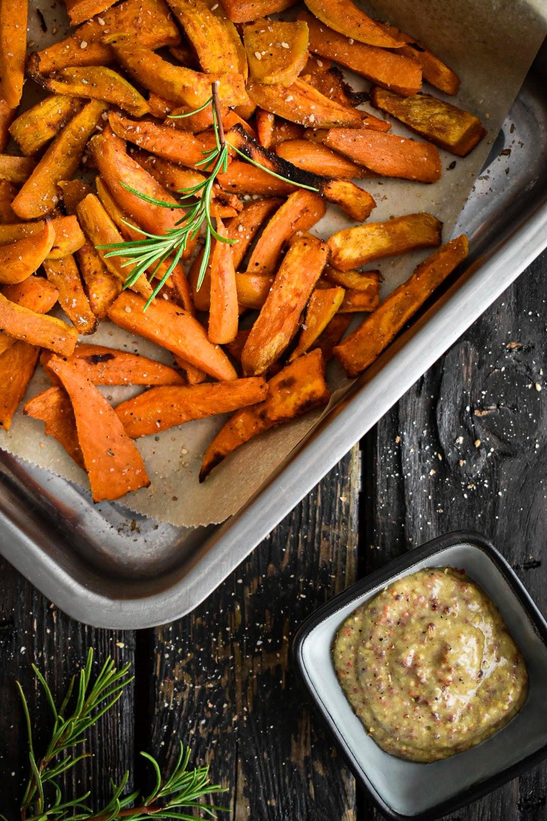 Frites de patates douces dans plat de service
