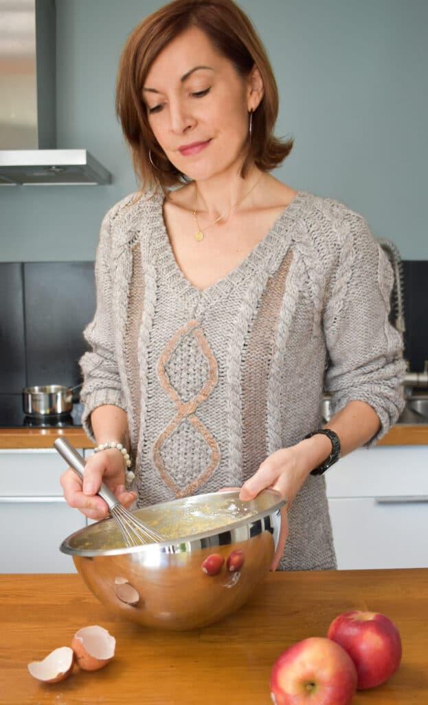Photographe culinaire cuisinant une recette de gâteau aux pommes