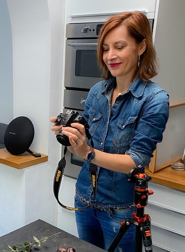 Photographe culinaire préparant sa prise de vue dans studio