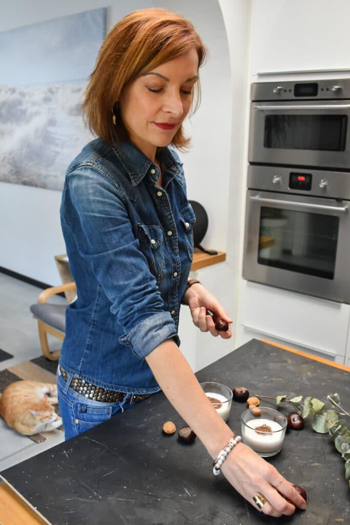 Photographe culinaire préparant set pour prise de vue de panna cotta végétale