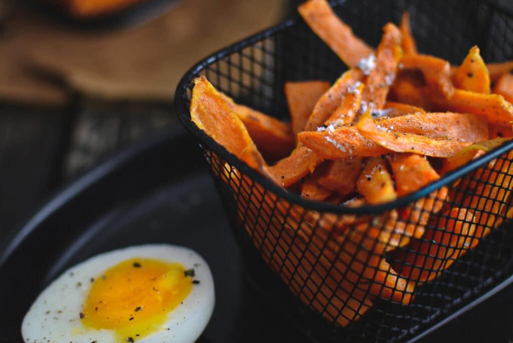 Frites de patates douces dans mini panier noir