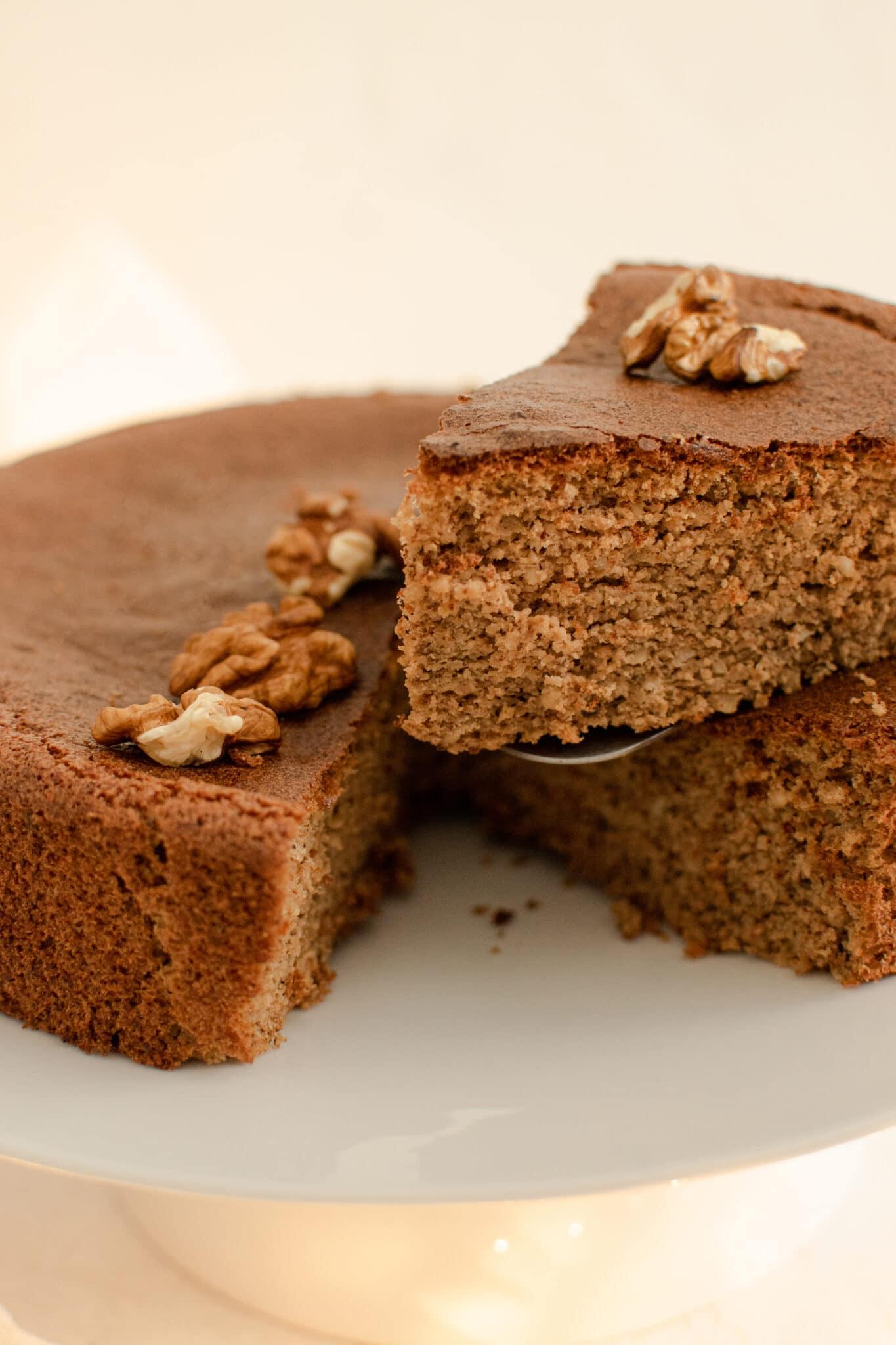 Gâteau aux noix sans gluten découpé
