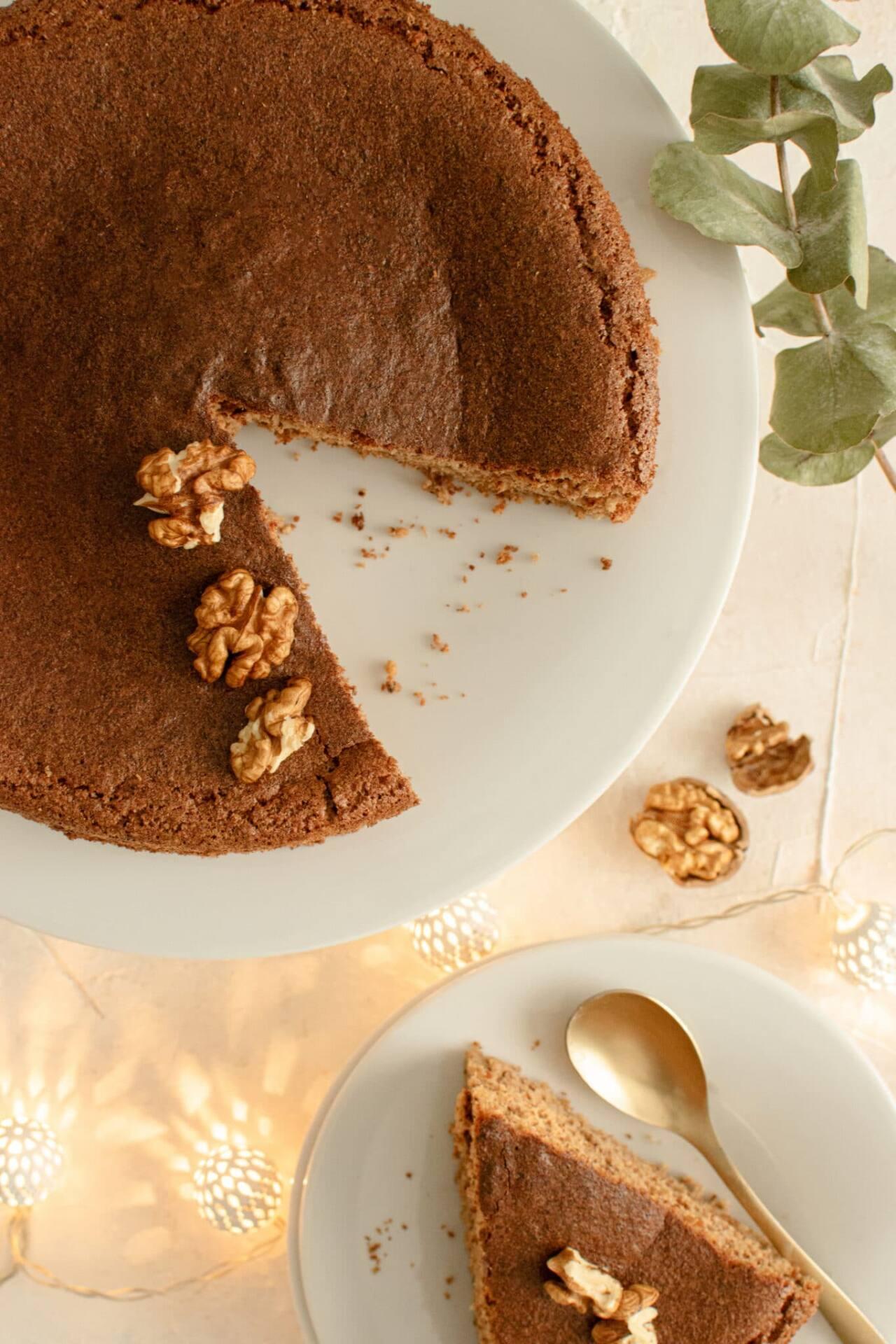 Gâteau aux noix sur fond blanc avec guirlande lumineuse