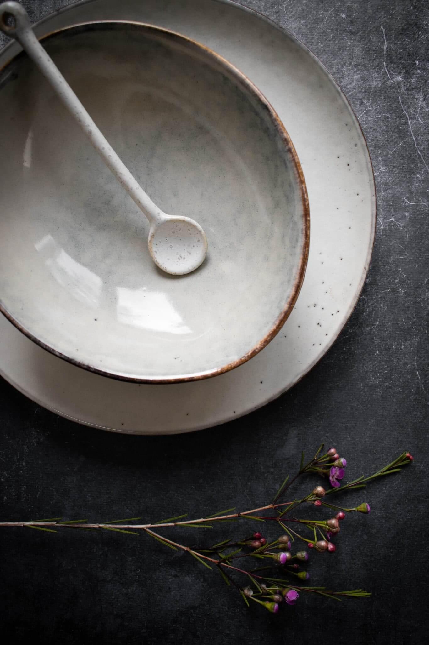 vaisselle en grès avec fleurs