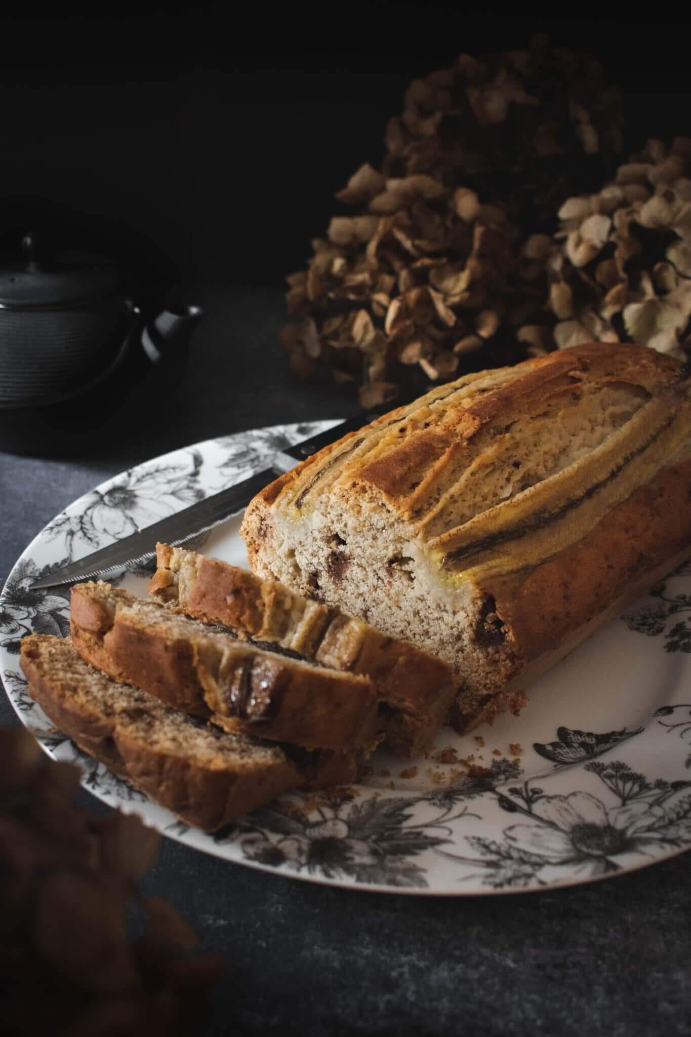 Banana bread vue de 3/4 avec théière en fonte et hortensias séchés
