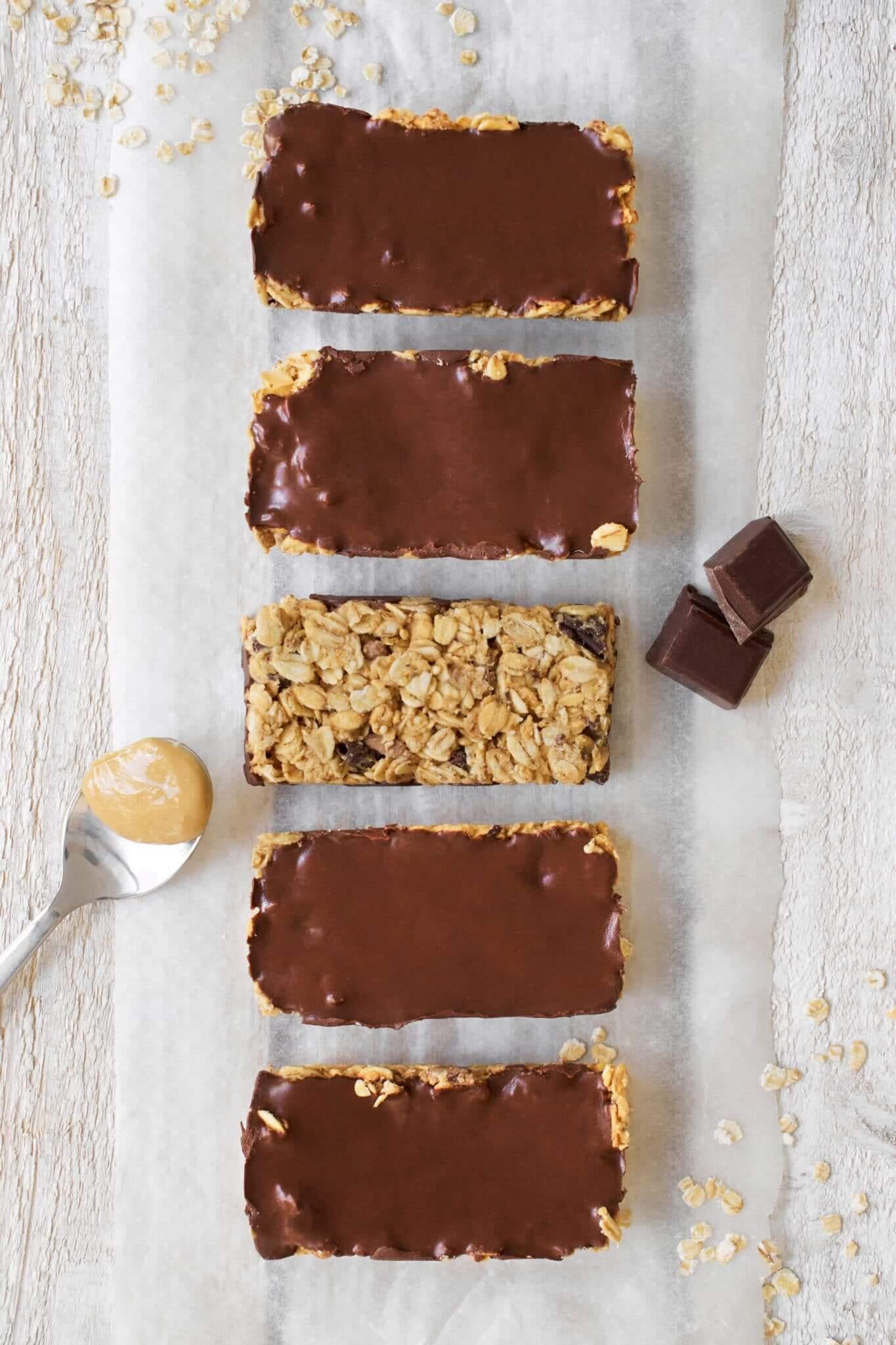 Barres de céréales vues de dessus avec cuillère de beurre de cacahuète et chocolat noir