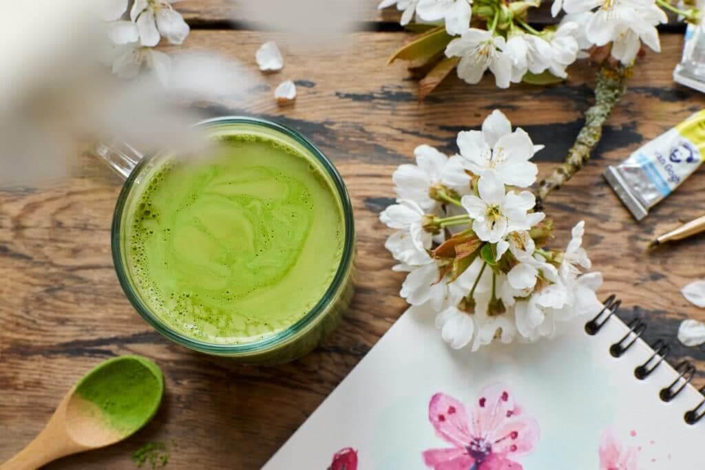 thé matcha vue de dessus avec fleurs de cerisiers et aquarelle