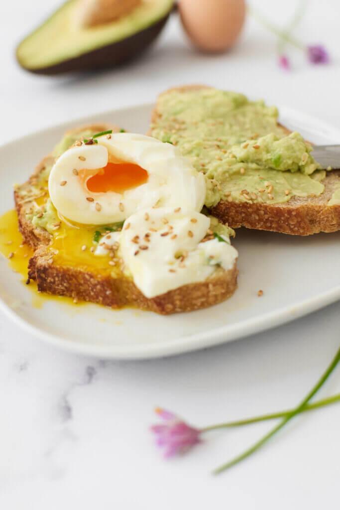 Avocado toast et œuf mollet sur tartines avec ciboulette