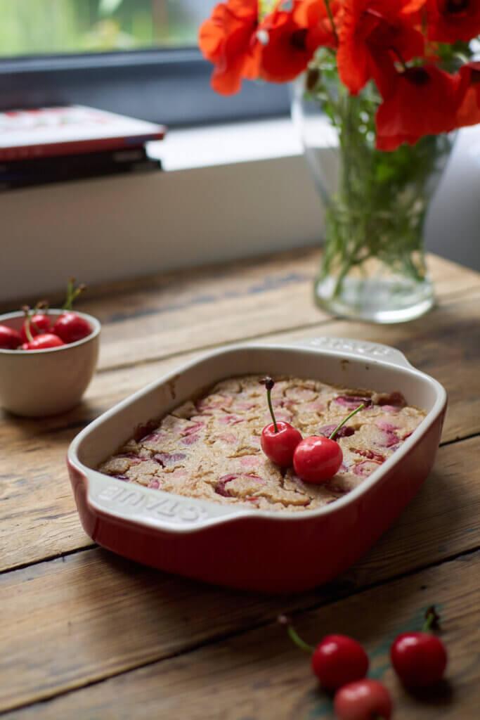 Clafoutis aux cerises dans plat traditionnel