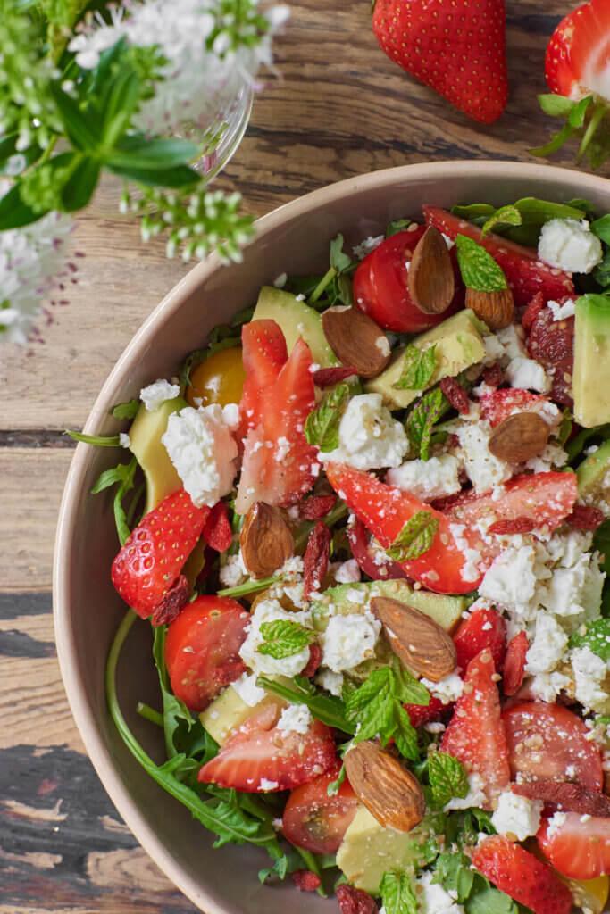 Salade de fraises et fêta vue de dessus