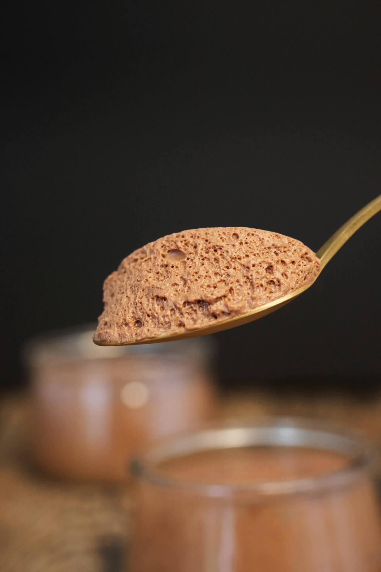 Cuillère de mousse au chocolat vegan