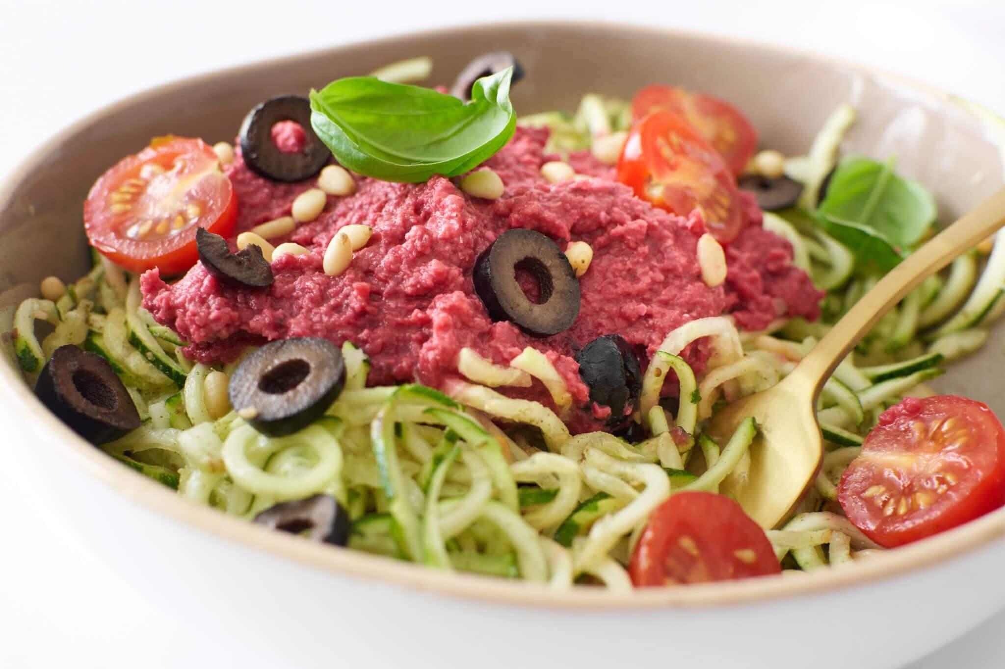 Spaghetti de courgettes et houmous de betterave
