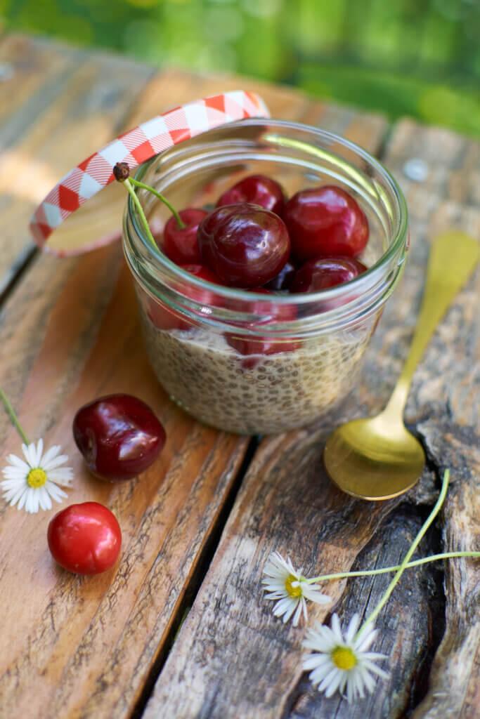 Recette de pudding de chia sur table de jardin